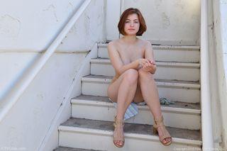 Рыжая девка на ступеньках мнет волосатую промежность сильными пальчиками