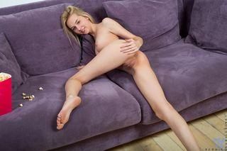 Блондинка поела попкорн и разделась догола для домашней дрочки
