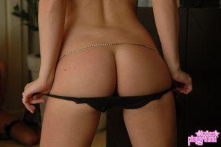 Девушка перед подругой устроила обнаженный стриптиз в гостиной