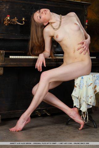 Пианистка разделась и дрочит на фортепиано мягкое побритое влагалище