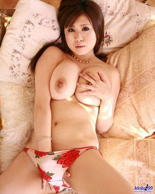 Японка лезет руками под трусики и натирает с наслаждением клитор