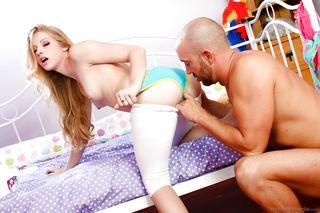 Мужик приехал на секс-измену к блондинке и выебал ее до кончи на кровати