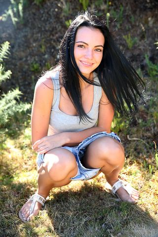 Девушка в поле сидит голышом на бетонном столбе и напрягает вагину