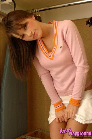 Девушка в примерочной снимает лифчик и трогает ладошками сиськи