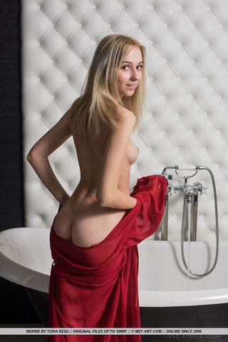 Девка легла в ванну и массирует струями воды соски и мягкий клиторок
