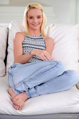 Блондинка сняла джинсы и ласкает перед камерой анус и влагалище